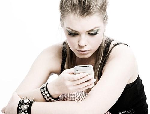Девушка читает смс