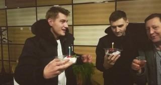 День рождения Алексея Воробьева в аэропорту Лос-Анджелеса